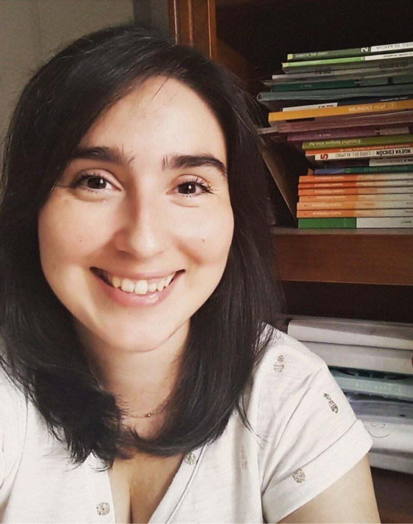 Cinthia de My Spanish on the go con libros