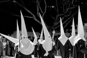Procesión de Semana Santa en España. Nazarenos con capirotes.