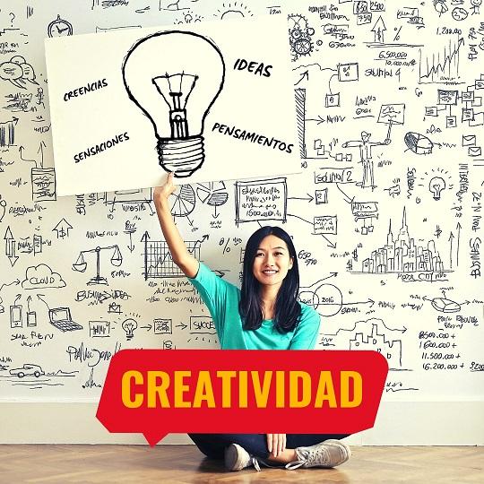Una mujer sostiene un cartel con su idea de creatividad. Vocabulario español relacionado con la creatividad